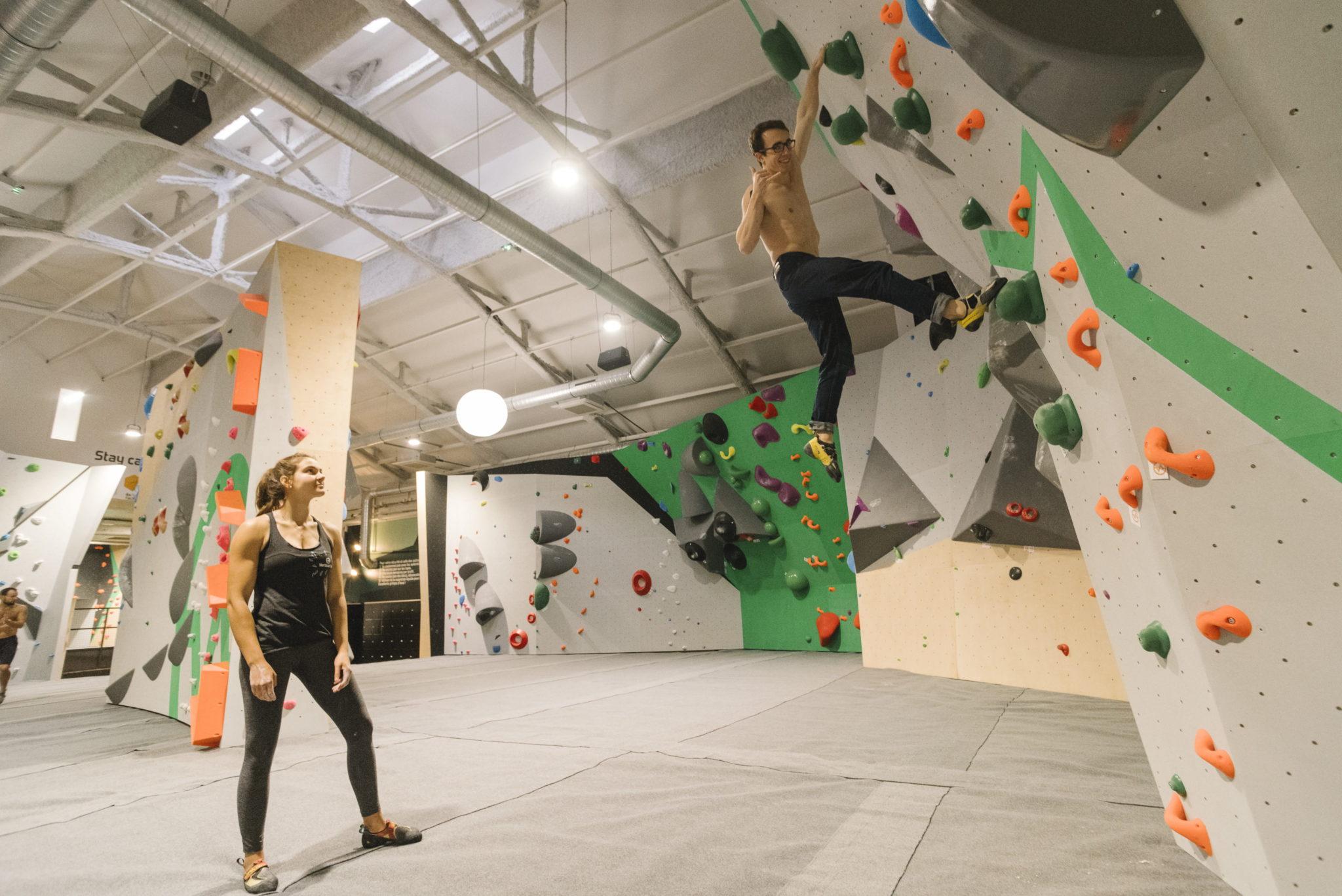 grimpeur à vertical'art pigale - ouverture et journée portes ouvertes - Vertical'Art Pigalle - paris - 18eme -