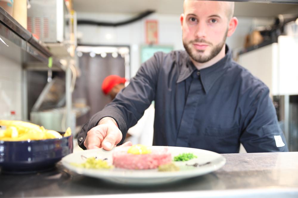 cuisinier chef de partie salle d'escalade Vertical'Art restaurant et bar