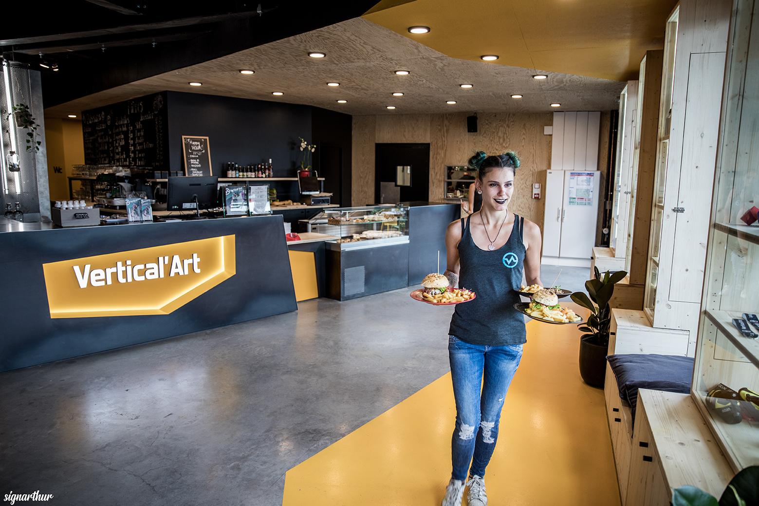 serveuse polivalente vertical'art job offer post à pourvoir salle d'escalade de bloc restaurant et bar