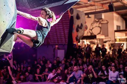 notre athlète du team Vertical'Art, Nolwenn Arc, en pleine action lors d'un contest à VA Nantes, grimpe professionnelle, encouragements du public