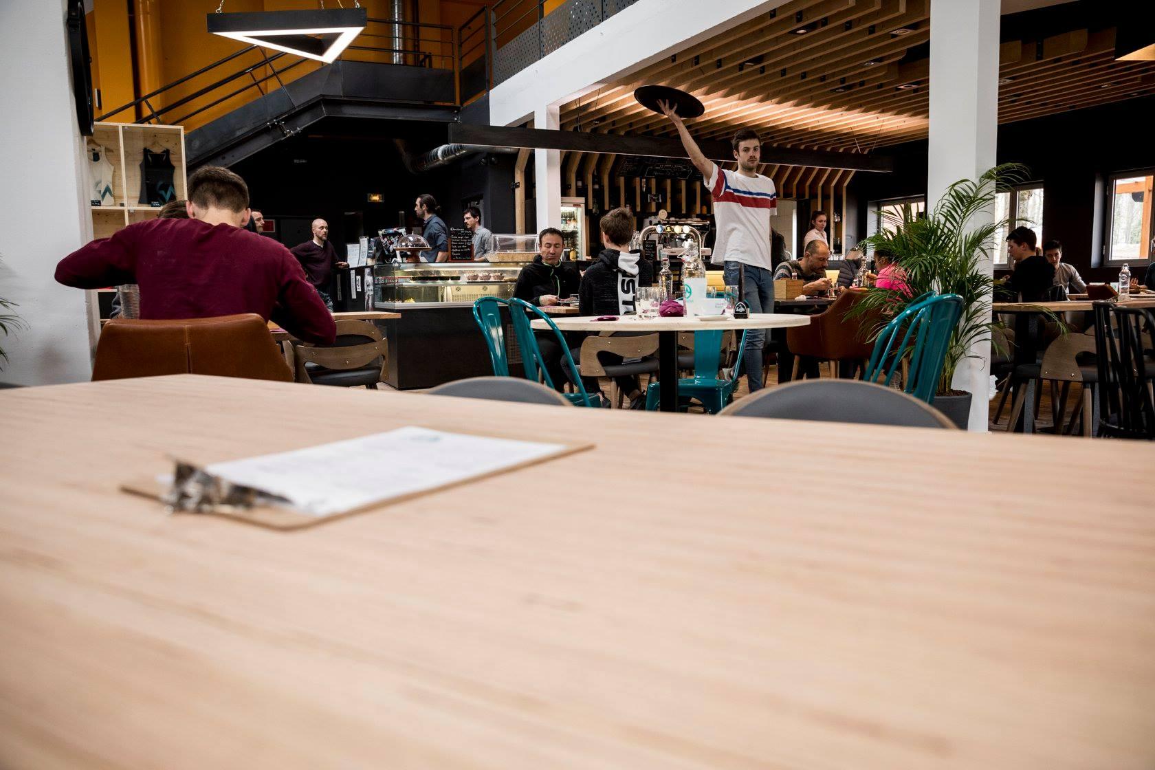 serveur polyvalent escalade restaurant bar offre à pourvoir temps plein