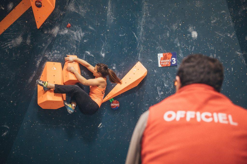 Juge supervisant les athlètes lors du sélectif national à Vertical'Art Rungis